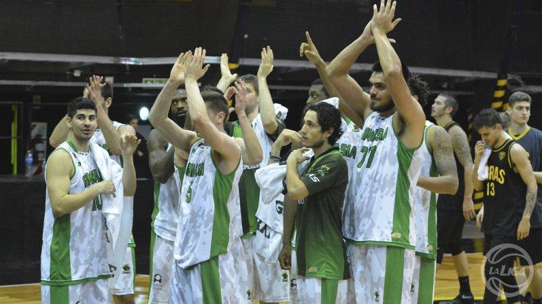 El plantel de Gimnasia saluda a su gente luego del triunfo logrado el sábado ante Obras.