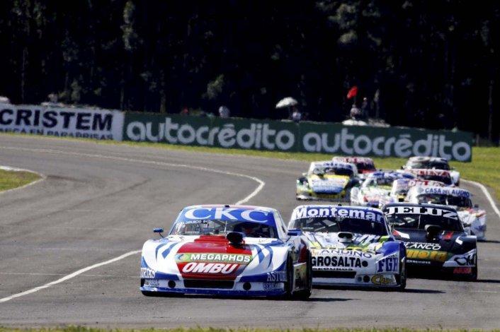 Tomás Urretavizcaya liderando la final del TC Pista perseguido por Julián Santero quien al final terminó siendo el vencedor.