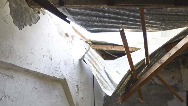 Los daños en el techo de la vivienda.