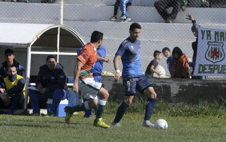 Mauro Villegas se lleva el balón en el partido que Jorge Newbery le ganó 2-0 a Estrella Norte de Caleta Olivia.