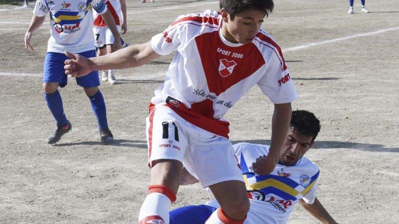 Fernando Saldaño intenta desde el suelo sacarle la pelota a Franco Rojas.