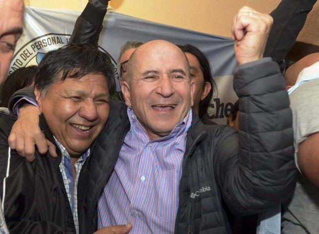 José Llugdar festeja su triunfo acompañado por el secretario general de Petroleros Privados
