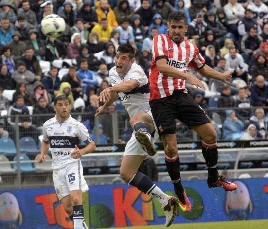 Lucas Viatri y Nicolás Mazzola pelean en lo alto ayer en el clásico que terminó sin goles en La Plata.