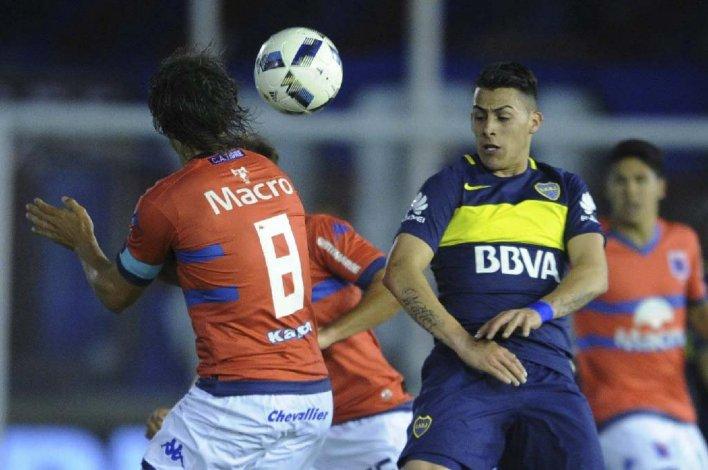 Martín Galmarini y Cristian Pavón en una acción del juego disputado anoche en Victoria.