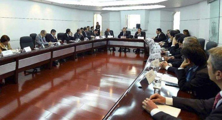 Santos maniobra contrarreloj para sostener el acuerdo de paz con las FARC.