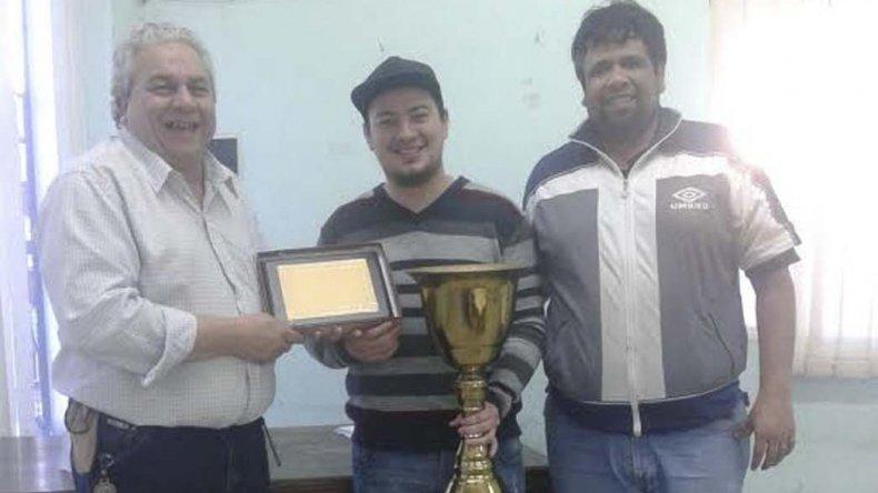 Maximiliano Aguinaga con su copa de campeón.