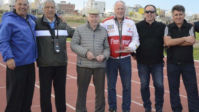 El homenajeado Carlos Euchert –con la campera Ferrari– junto a dirigentes del atletismo el sábado en la pista de solado sintético.