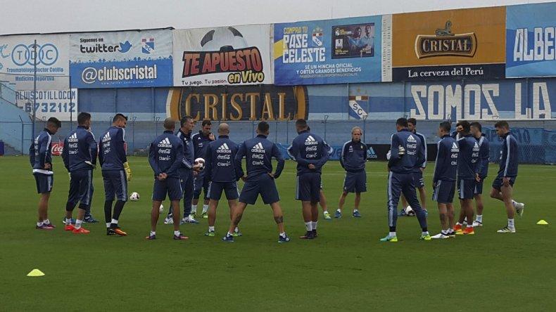 Edgardo Bauza y sus jugadores durante el inicio de los entrenamientos de la selección argentina de fútbol ayer en Lima.