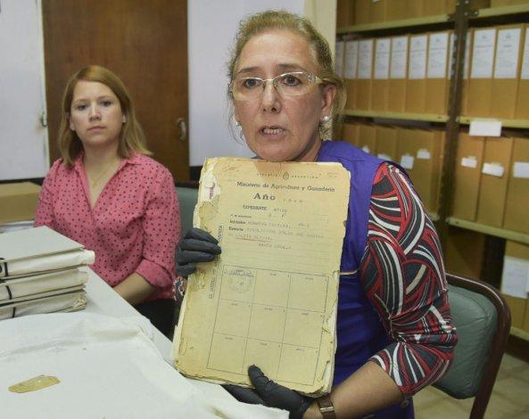La licenciada Adriana Casatti muestra un expediente del año 1929 donde figura el nombre del primer vecino que solicitó un lote en la entonces incipiente población.