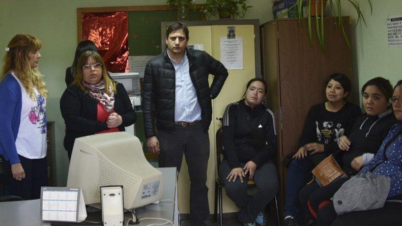 Los funcionarios del IDUV que arribaron desde Río Gallegos –centro- mantuvieron una extensa reunión con un grupo de mujeres que reclaman por su derecho de acceder legalmente a una vivienda de planes oficiales.