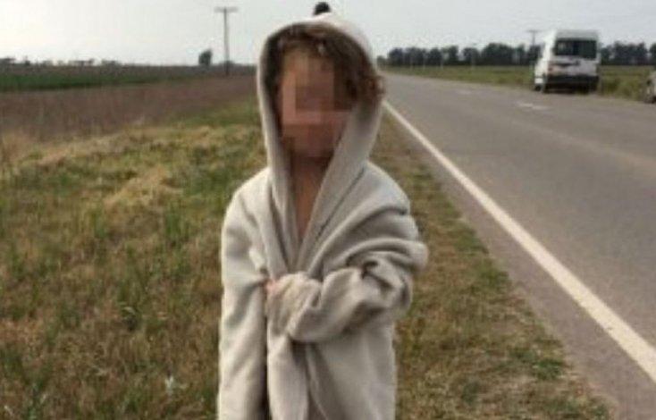 La nena estaba semidesnuda al costado de la ruta.