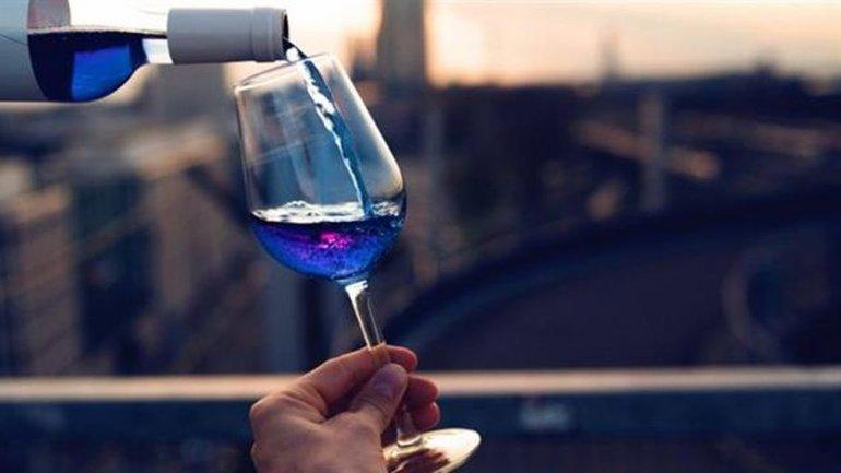 Cinco jóvenes quieren revolucionar la industria con un vino azul