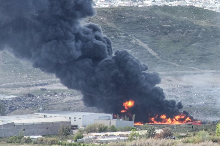 Incendio de grandes dimensiones en barrio Industrial