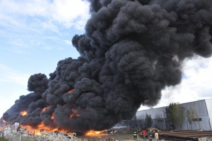 Los bomberos trabajaron intensamente durante más de una hora para controlar el incendio