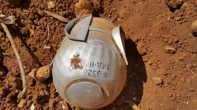 Una niña de 4 años murió al confundir una bomba con un juguete