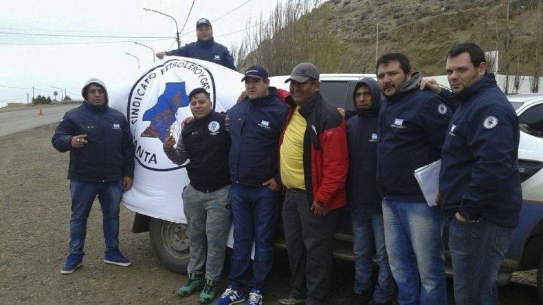 Integrantes del Sindicato de Petróleo y Gas Privado se apostaron ayer en el acceso norte a Caleta Olivia para impedir el ingreso de trabajadores de servicios especiales a esta provincia.