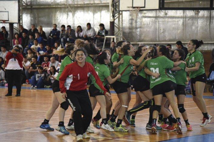 Las chicas de Municipalidad de Vicente López festejan su pase para la final del Nacional de Hándbol.