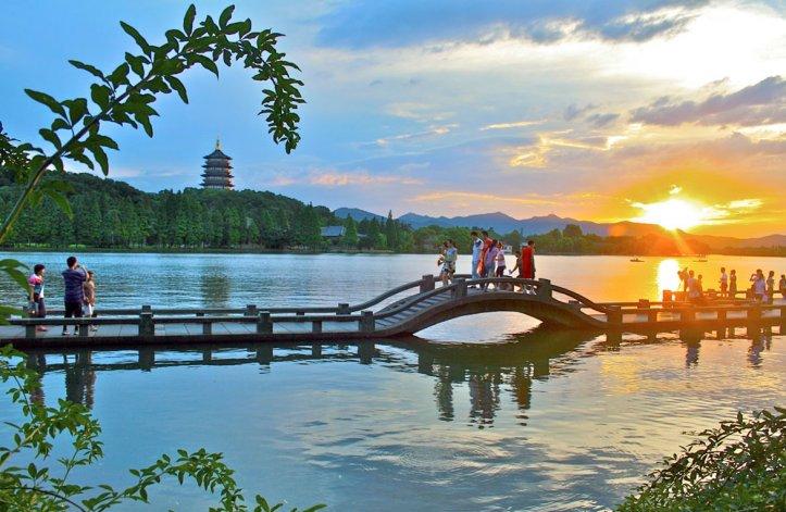 Se puede pasear en barca y visitar las islas dentro del lago.