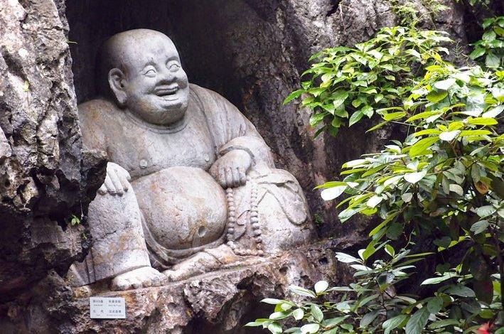 En el famoso Templo Lingyin hay un conjunto de budas y otras figuras talladas en la roca.