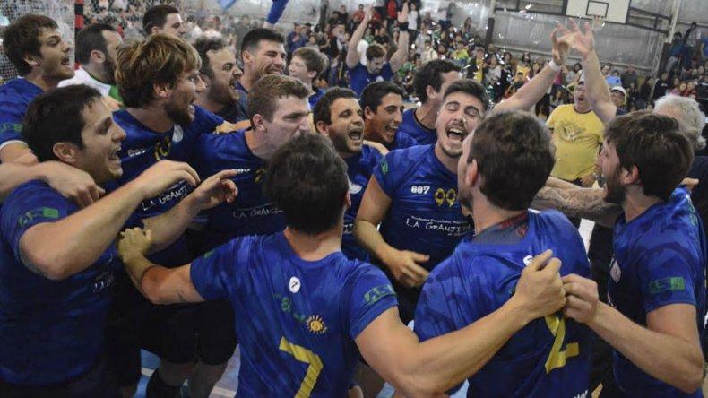 Los muchachos de Universidad Nacional de Luján festejan la consagración.