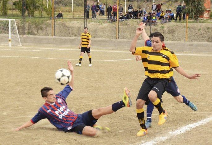 Una muestra de lo que fue el partido en la villa balnearia. Poco fútbol y un empate que le sirvió más a USMA que a Rada Tilly.