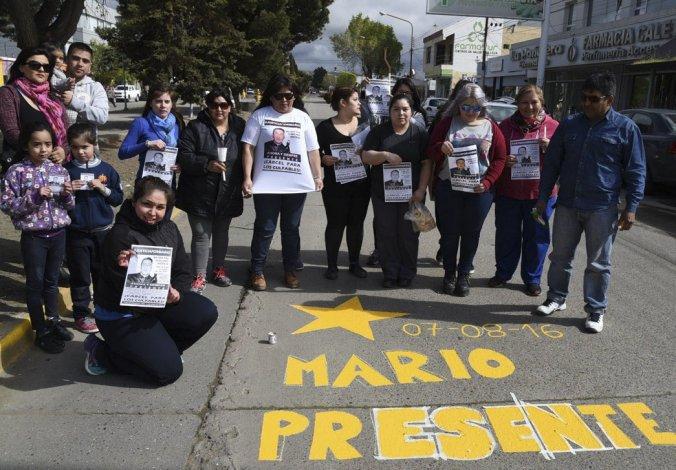 Familiares y amistades del joven que perdió la vida al ser atropellado por un vehículo pintaron una estrella amarilla y reclamaron justicia en el sitio donde se produjo el penoso suceso.