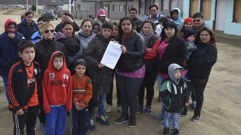 Las primeras cédulas judiciales de intimación a abandonar las viviendas bajo apercibimiento de desalojo con uso de la fuerza pública fueron recibidas por familias que ocupan el grupo de 62 viviendas