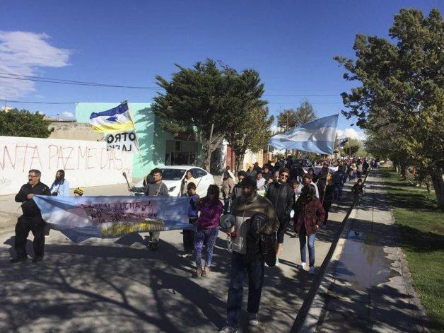 Uno 250 sarmientinos marcharon por el centro de esa localidad con la consigna de la defensa del agua.