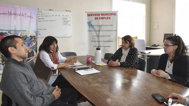 En el Servicio Municipal de Empleo se realizó el martes la firma de un contrato para que la estudiante de Ciencias Económicas Rocío Estefo efectúe una pasantía rentada en el estudio del contador César Quinteros.
