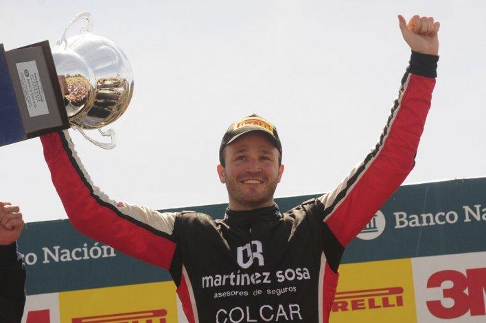 Agustín Canapino festeja en el podio un nuevo triunfo en la Top Race V6.