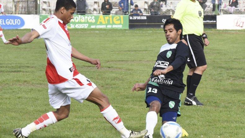 Kendri Tejada y Marcos Carrizo disputan la pelota en la mitad de la cancha.