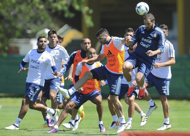 La selección argentina trabajó ayer de cara al duelo de mañana ante Paraguay