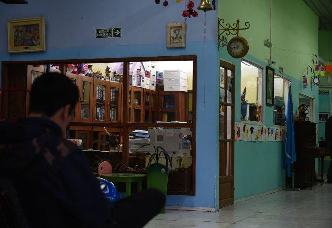 Revisan cámaras de seguridad  para identificar a los asaltantes  del Colegio Cervantes