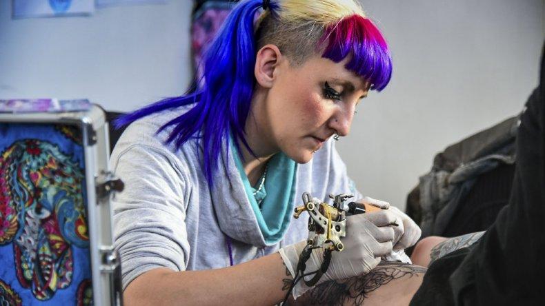 Comodoro Ink integró a exponentes del arte sobre la piel con la música y el deporte