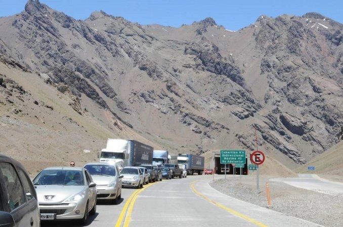 Para comprar más barato, hubo 15 kilómetros de cola en la frontera con Chile