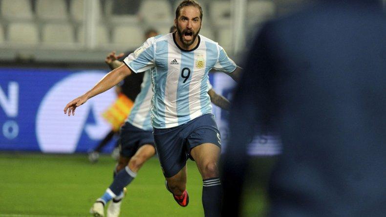 El delantero Gonzalo Higuaín viene de marcar un gol en el empate de Argentina ante Perú 2-2.