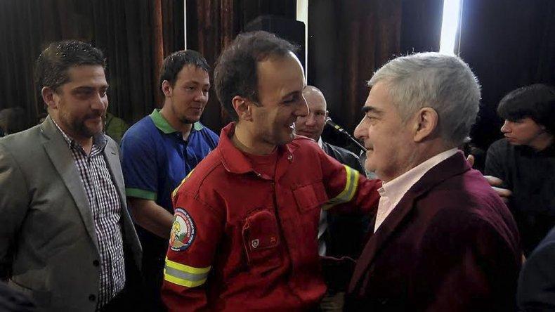 El gobernador Mario Das Neves firmó ayer el decreto por el que declaró la emergencia ígnea en la cordillera.