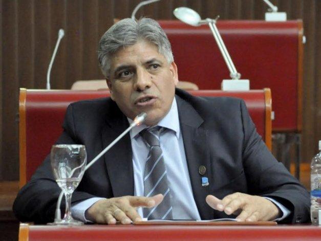 González se defiende de las acusaciones de incompatibilidad de cargos