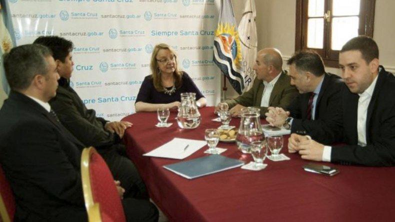 La gobernadora Alicia Kirchner y miembros de su gabinete recibieron ayer a los dirigentes gremiales José Llugdar y Claudio Vidal.