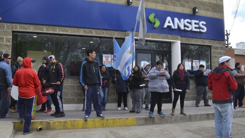 El acceso a las oficinas locales de la ANSeS fueron ayer escenario de otra manifestación contra la titular de esa repartición.
