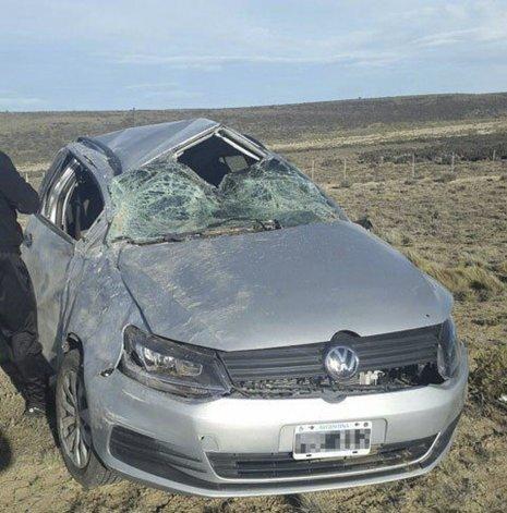 La Volkswagen Suran dio varios tumbos y terminó en posición normal a la vera de la ruta Nacional 3. El conductor resultó con distintas lesiones y el acompañante perdió la vida.