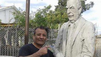En Caleta Olivia el artista Carlos Casas prepara el monumento a Raúl Alfonsín que se inaugurará en Comodoro Rivadavia.