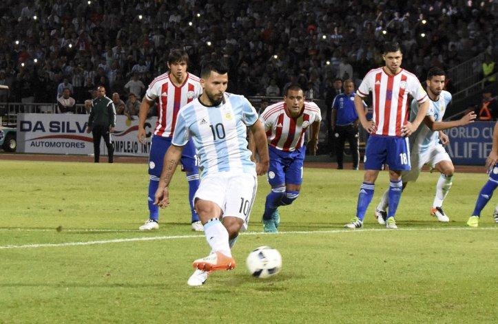 Agüero remata el tiro penal que será atajado por Justo Villar. Argentina no tuvo ideas para desequilibrar.