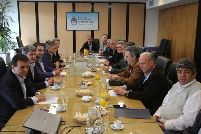 Reunión clave del Gobierno con la CGT por el bono de fin de año y Ganancias