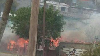 feroz incendio consumio una vivienda en el jorge newbery