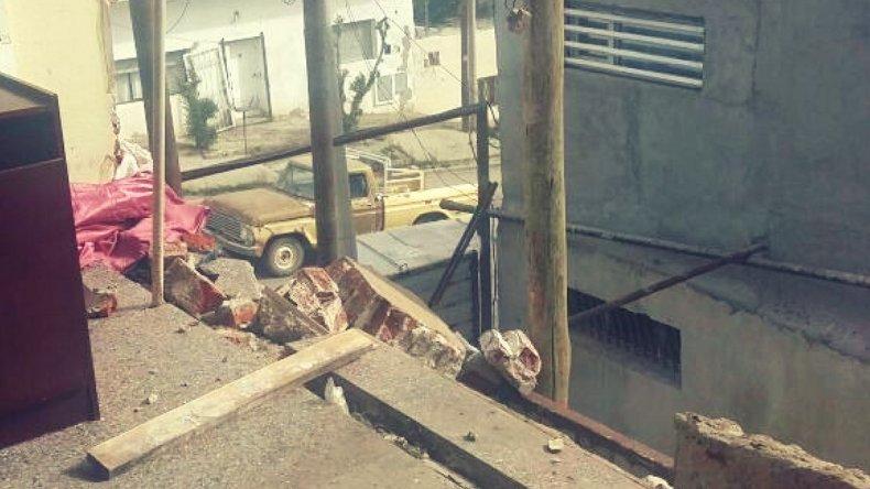 Ráfagas de 100 km/h tiraron la pared de una casa