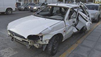 se estrello contra una camioneta y  destrozo ventanal de concesionaria
