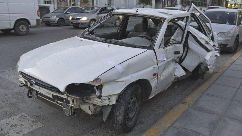 Se estrelló contra una camioneta y  destrozó ventanal de concesionaria