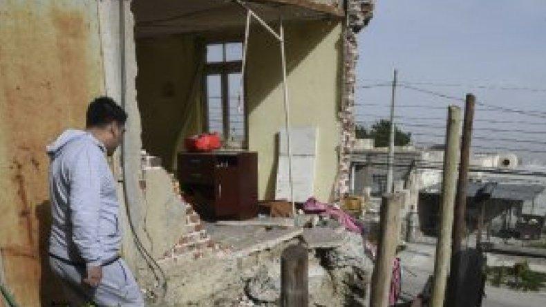 Las fuertes ráfagas derribaron la pared de ladrillos de una casa y cortaron la electricidad en gran parte de Comodoro