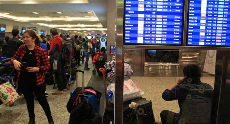 Los aeropuertos deberán dar wifi gratis las 24 horas todo el año
